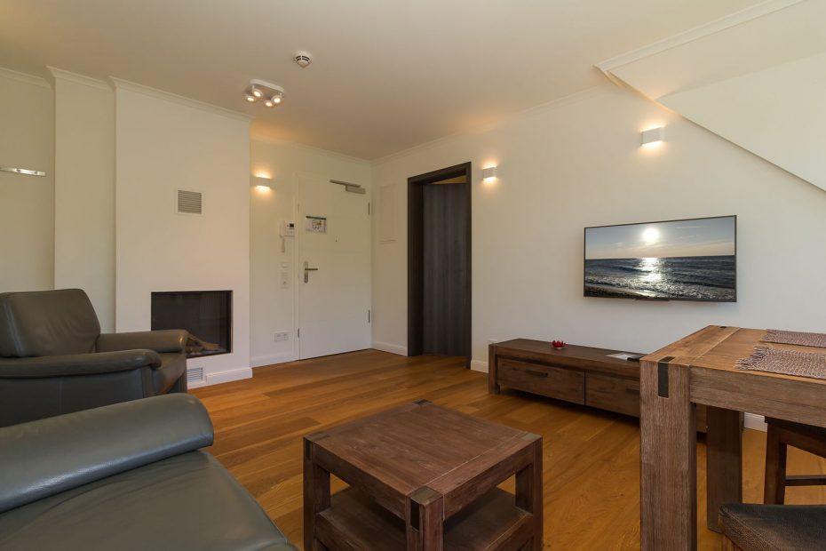 Stilvolles Wohnzimmer mit Holzfußboden und LCD TV
