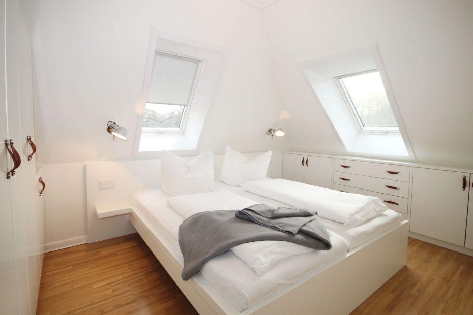 Doppelbett im Schlafzimmer Apartment 15